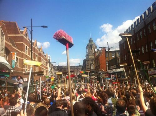 London riots, Clapham, Dan Thompson,clean-up,yfrog,Twitter