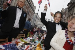 Fake royals enjoy the Big Jubilee Lunch in Piccadilly (Photo: Elizabeth Dalziel)